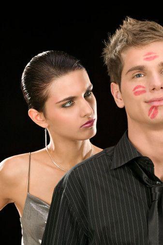 """7- Kıskançlık  Neden kıskancız?  Kıskançlık her insanın doğasında var. Az veya çok… Mesela sevgiliniz hem yakışıklı, hem seksi, hem de eğlenceliyse onu kıskanmamamız mümkün olur mu? Tabii ki hayır! Onu boğmayacak şekilde hafif kıskançlığa evet. Ancak onun sizden nefret etmesine neden olacak davranışlara da hayır!  Kıskançlığımızla mücadele...  Öncelikle kıskanç olduğunuzu kabul edin.  O duygularla yaşarken, kıskançlığınızı reddetmeniz size hiçbir şey katmayacaktır. Sevgilinize şöyle bir cümle kurabilirsiniz mesela. """"Sevgilim benim kıskanç olduğumu sen de biliyorsun. Şule'nin senin çevrende dolaşarak sana kur yapmasından rahatsız oluyorum."""" Tüm geceyi mide ağrılarıyla geçirmektense sevgilinizle açık açık konuşmanın faydalı olacağını düşünüyoruz."""